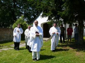 uvítací četa P. Robert, P. Josef, P. Miroslav a ministranti