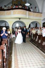a jako poslední vchází do kostela nevěsta s tatínkem