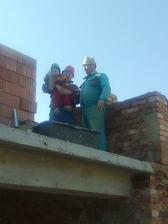 výstavba múru na severnú stranu terasy (manžel, kamarát a hlavný majster)
