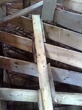 zaarmované (schody na poschodie) aj zašalované - pohľad zdola