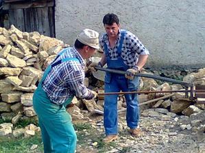 manžel a jeho bratranec v akcii