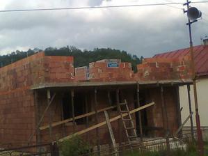 vytiahnuté múry poschodia, začíname murovať veniec