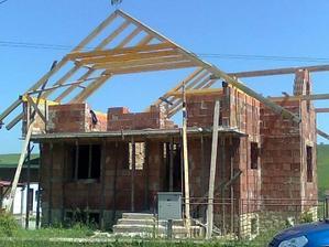 začiatok stavania krovu - výsledok práce za 2 hodiny