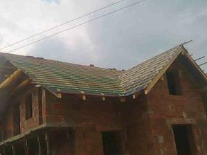 2. deň pokládky strechy - strecha zafóliovaná - 30.6.2010