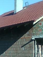 6. deň pokládky strechy - oplechovaný komín aj výlez, namontované žľaby - 7.7.2010