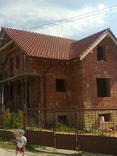 8. deň pokládky strechy - strecha hotová, žľaby a zvody hotové - 9.7.2010