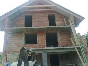 Odšalovaný zadný balkón (pohľad z dvora)