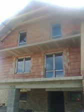 konečne okná - ešte s ochrannou fóliou - pohľad z dvora
