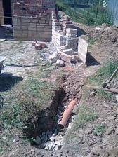 stavba nášho oporného múra pod terasou