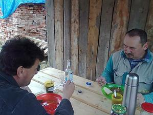 prvý obed na stavbe r. 2010 (hurá, zasvietilo slniečko, pokračujeme)