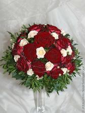 Takovou budu mít kytičku - jen místo těch bílých růžiček budu mít béžové eustomy.