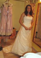 Foto ze včerejší poslední zkoušky šatů. Do obřadu musím tak kilčo nebo dvě shodit, abych mohla dýchat :o)