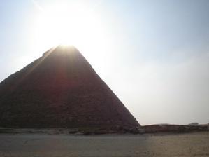 sluníčko nad pyramidou