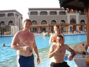 manžílek  v bazénovém bárku