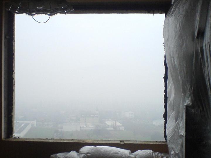 Vymienali sme okná  :) - pohlad z díry v panely na hmlu jak mléko :)