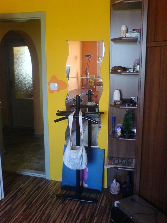 Komody do izby a dalšie vecičky - 16 dier navŕtaných,zrkadlo osadené :) trošku nemý sluha zavadzá