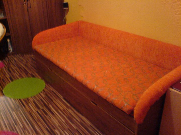 Komody do izby a dalšie vecičky - keďže postielky by som sa nevzdala,dali sme ju prečalúniť na takuto oranžovú krásavicu :)