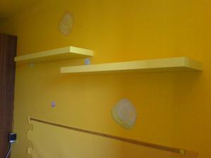 pred mesiacom pribudli police,kedže oranžové ktoré som našla v Kike sa uz nepredavaju,musela som improvizovať a kupiť v Ikei bledšie žlté ktoré som chcela prestriekať ale vedúca nedovolila,tak som prestriekala aspom lištu nad postelou na ružovo :)