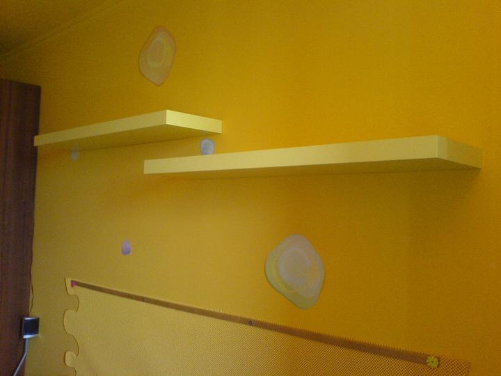 Komody do izby a dalšie vecičky - pred mesiacom pribudli police,kedže oranžové ktoré som našla v Kike sa uz nepredavaju,musela som improvizovať a kupiť v Ikei bledšie žlté ktoré som chcela prestriekať ale vedúca nedovolila,tak som prestriekala aspom lištu nad postelou na ružovo :)