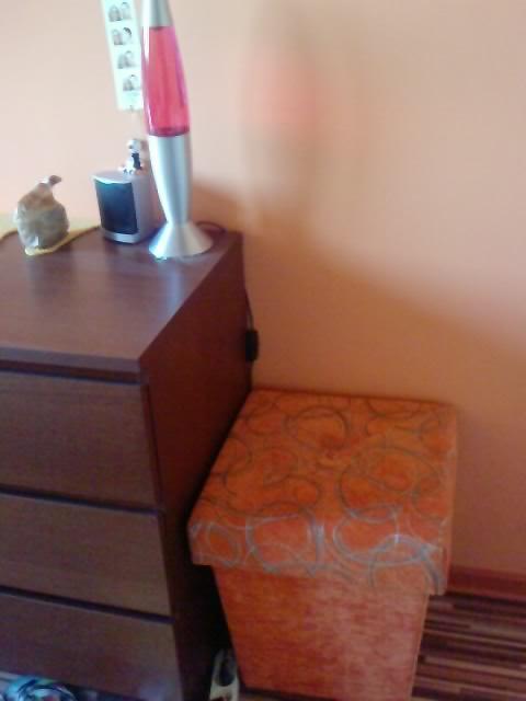 Komody do izby a dalšie vecičky - taburetka zbytočná trošku,lebo neni z odkladacim priestorom a len zaberá miesto,ale maminka ju dala urobit aby sa hodila k posteli