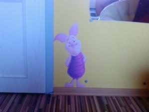 prasátko Piglet a žltá lišta na žltej stene ...