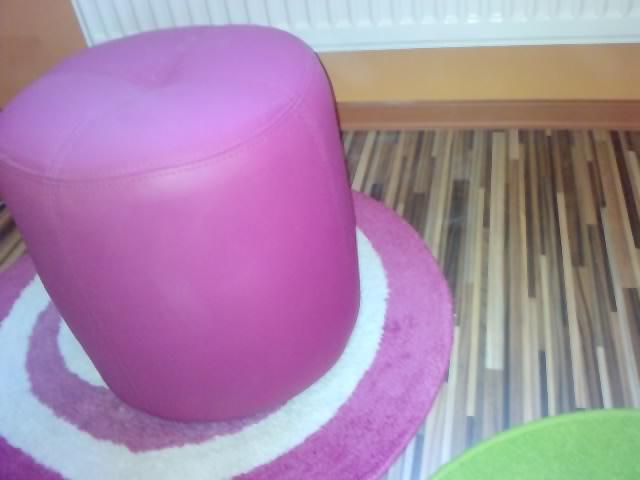 Komody do izby a dalšie vecičky - ružová taburetka a oranžová lišta na oranžovej stene :)