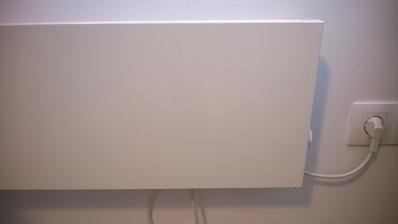 Jednoduchy dizajn - subtilny biely panel.