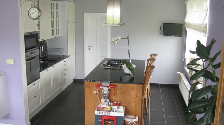 Naša kuchyňa s teakom a ine teakove kuchyne - vydrankala som si v kuchyni malu telku, ked varim, tak si pozriem aj oblubeny program. Kazdej gazdinke odporucam :o)