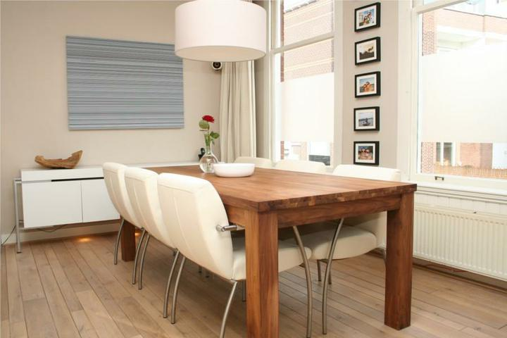 Stôl - základ domova - naolejovany masivny teak - krasne kontrastuje s cistymi liniami, kovom a bielou.