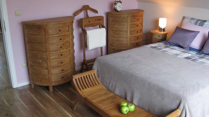 Spalna - Lavicka pred postelou je uzasny vynalez, odlozime na nu vankuse, alebo oblecenie.
