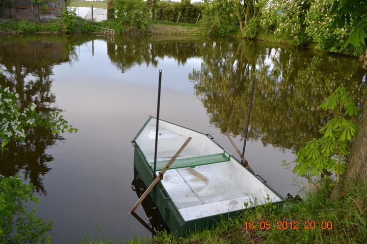 Naše chaloupka a zahrádka - máme novou loďku, udělal ji přítel šikulka