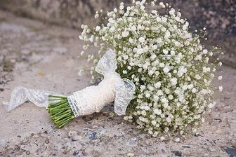kytičky zamluveny v květinářství - výzdoba bude z nevěstina závoje :-)