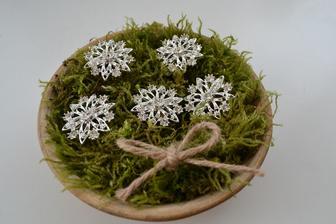 brože na svatební kytici a kytky svědkyně a maminek