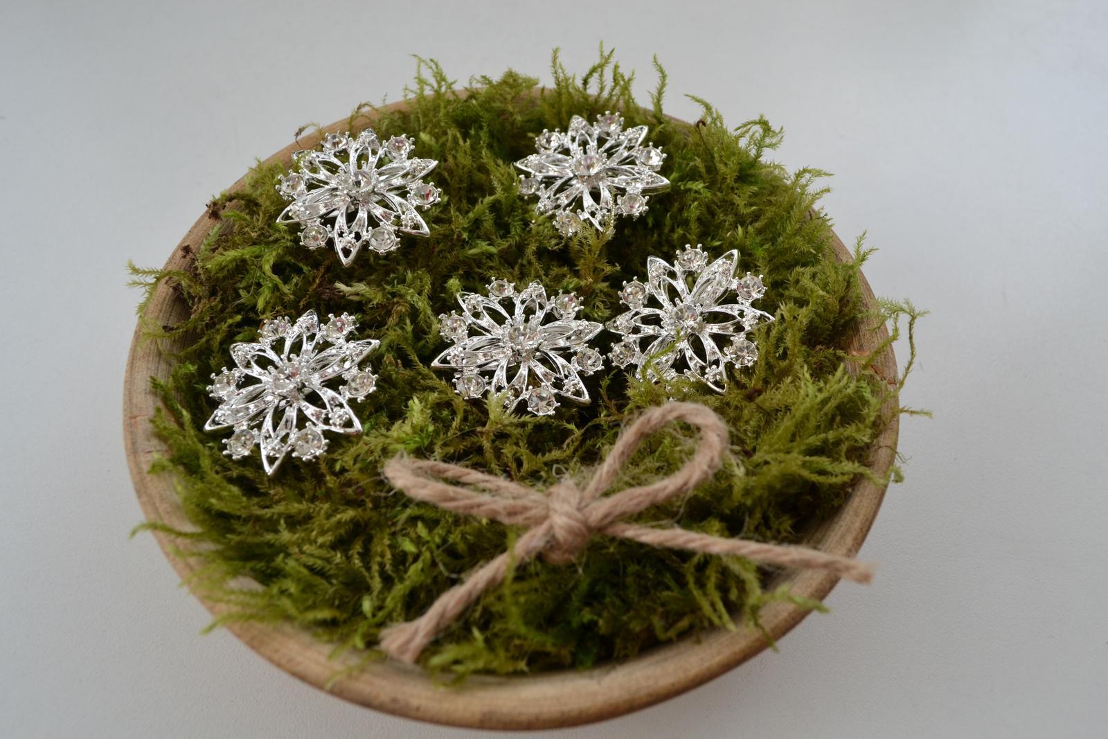 Co máme na naši svatbičku - brože na svatební kytici a kytky svědkyně a maminek