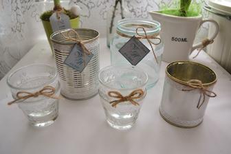 plechovky a skleničky na květinovou výzdobu a svíčky