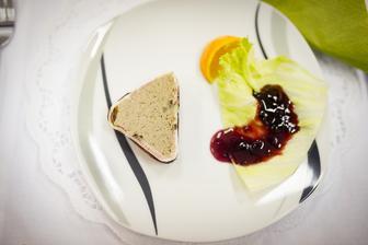 předkrm - paštika ze zvěřiny, brusinková omáčka a pečivo