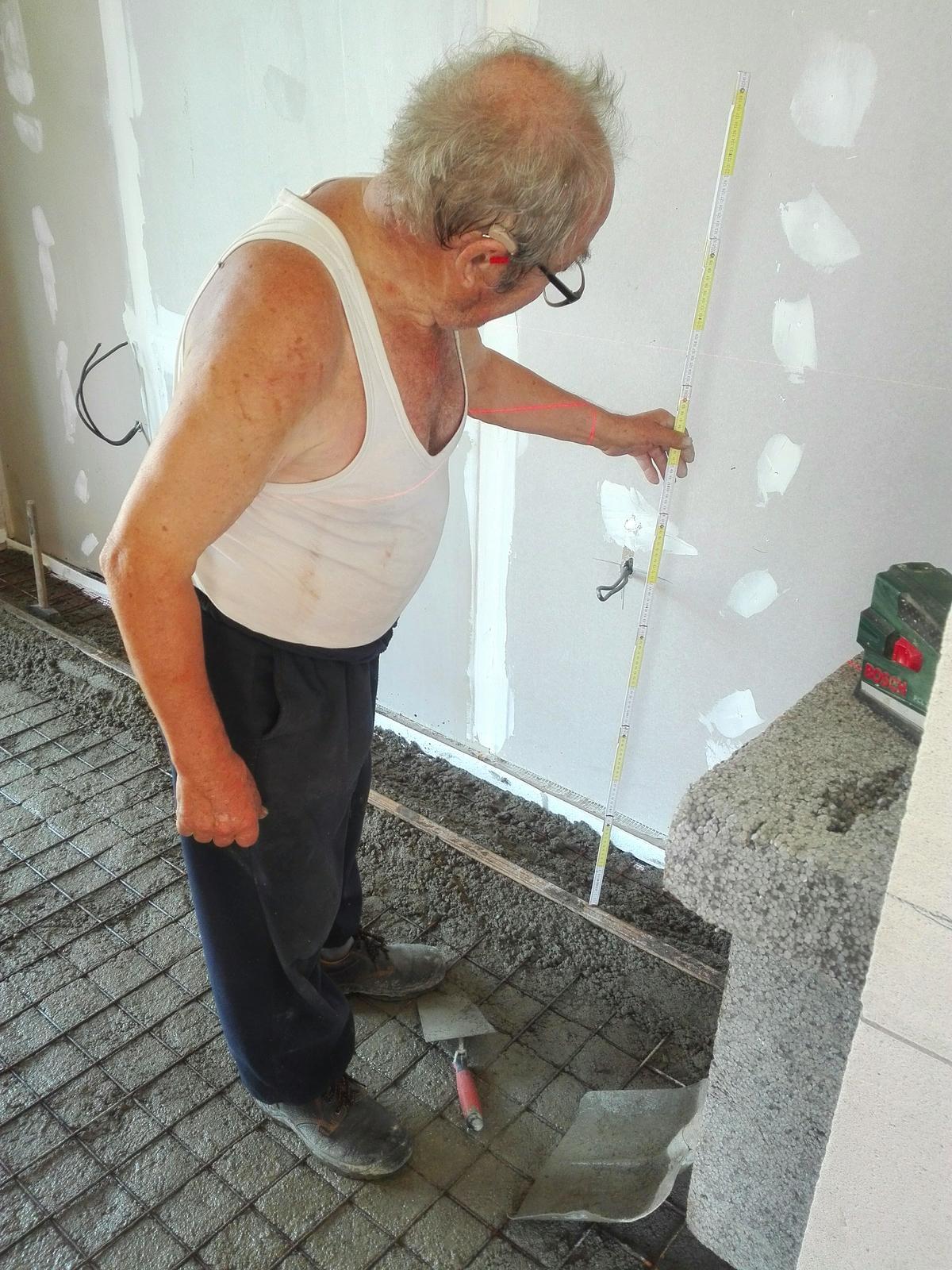 Naše chaloupka a zahrádka - můj dědeček 80 let musí být u každé práce :-)