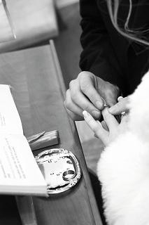 Marienka{{_AND_}}Ondrík Koporcovci - tak, a uz mi dava manzel na prstok prstienok :-)