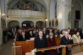 Marienka{{_AND_}}Ondrík Koporcovci - pohlad na celkom plny kostol