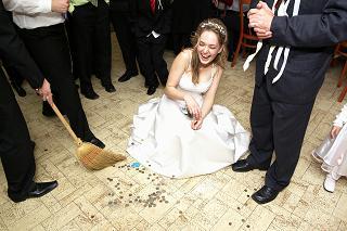 hadzali nam mince na zem a potom rozkopavali, no jedine co ma napadlo, schovat to suknou :-)