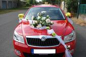 Klobouk a květina na svatební auto,