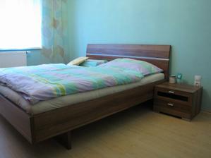 Ještě něco vymyslet nad postel, ale nemůžu se rozhodnout...obraz, tapetu, samolepku?...nic :-)