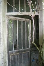 vchod do bytu, kde boli jednu dobu kancelárie