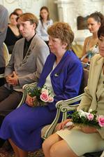 Manželova maminka při obřadu
