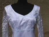 Svadobné šaty s modrou výšivkou, 38