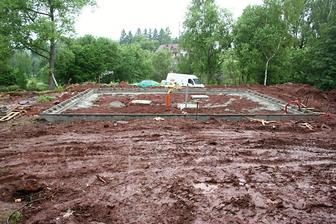 24.6.2013 betonem vylité ztracené bednění a patky - 6,5 kubíku betonu. A zase prší.