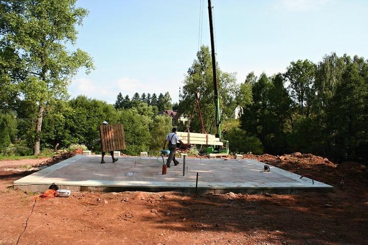 Stavba srubu - aaa první materiál se dostává na stavbu
