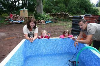 Manžílek udělal bazének pro malou