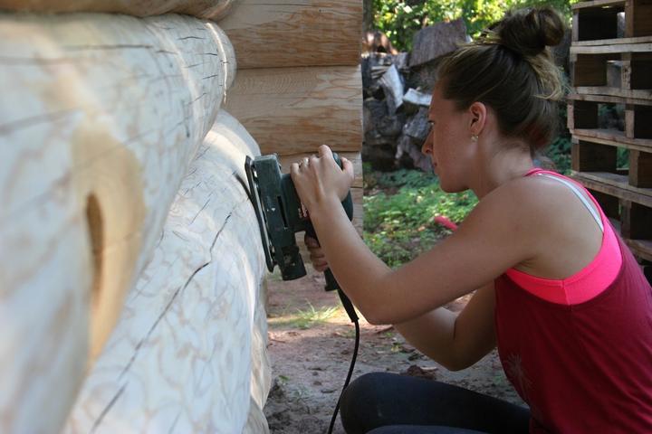 Stavba srubu - Kamarádka Ivanka pomáhá brousit :) Trénuje na ten svůj vysněný srub