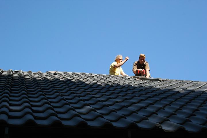 Stavba srubu - Doděláváme střechu